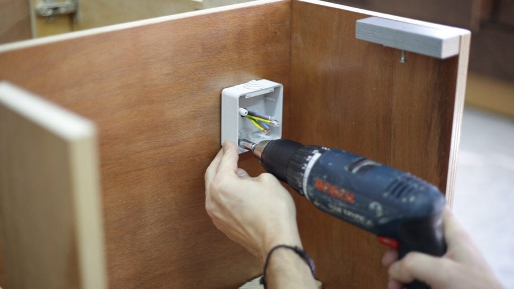 How-install-diy-inverted-jig-saw-guide-plug