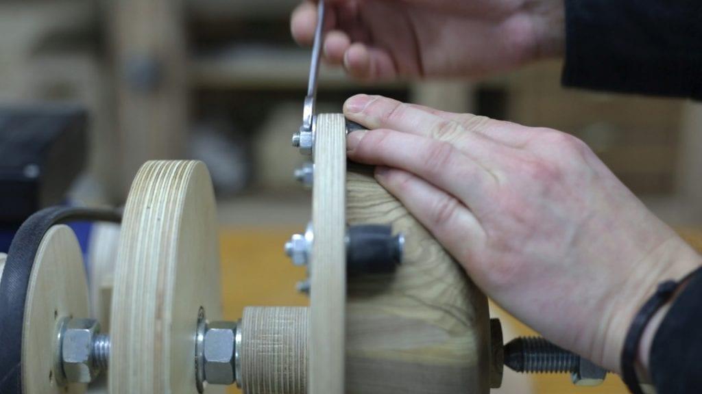 Turning-diy-bowl-ajusting-faceplate